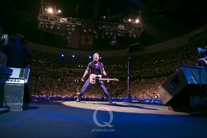Bruce en el centro del escenario, y el mundo entero encima de él.