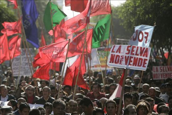 """Unas treinta mil personas marcharon por las principales calles del centro de Lima, que había sido cercado por la policía. """"Alan genocida"""", """"Alan asesino, igual que el chino (Fujimori)"""", eran algunas de las consignas que se podían leer en los cartelones que llevaban los manifestantes. Las protestas se repitieron en las principales ciudades del país, casi sin excepción.(EFE)"""