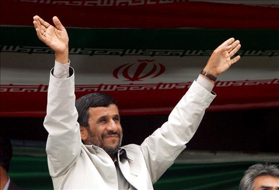 """""""Ahmadinejad está lejos de ser derrotado. El tuvo un fuerte apoyo entre los pobres y en muchas provincias, y cuenta aún con el apoyo de los Basij, una gran fuerza auxiliar de jóvenes de gran influencia en las mezquitas, escuelas y universidades y la Guardia Revolucionaria"""", opinó ayer la revista británica The Economist. (EFE)"""