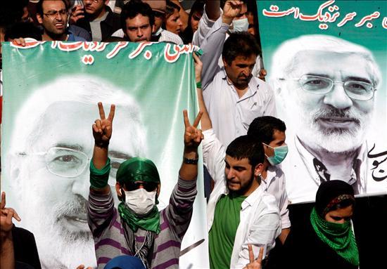 """A pesar de los llamamientos de su líder a manifestarse de forma pacífica, los choques entre la policía y los seguidores de Musaví se sucedieron ayer de forma intermitente por las principales avenidas de Teherán. A pesar de la violencia, los gases lacrimógenos y las detenciones –más de 200- los manifestantes evitaron una batalla campal contar los antidisturbios –por otra parte absolutamente desbordados ante la dispersión y la magnitud de las movilizaciones por toda la capital- y les lanzaron también consignas cómo """"Fuerzas de seguridad, apoyadnos"""" y """"También somos iraníes"""", intentando también emular lo ocurrido durante la revolución de 1979.(EFE)"""