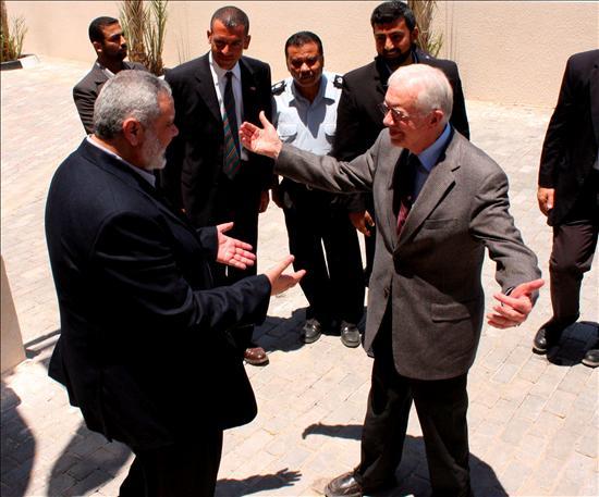 El primer ministro y líder de Hamás en Gaza, Ismail Haniye, saluda efusivamente al ex presidente de EEUU Jimmy Carter, a su llegada a la Franja. EFE