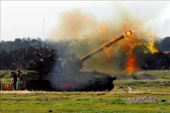 (EFE) Tanque Merkawa israelí disparando sobre la franja de Gaza