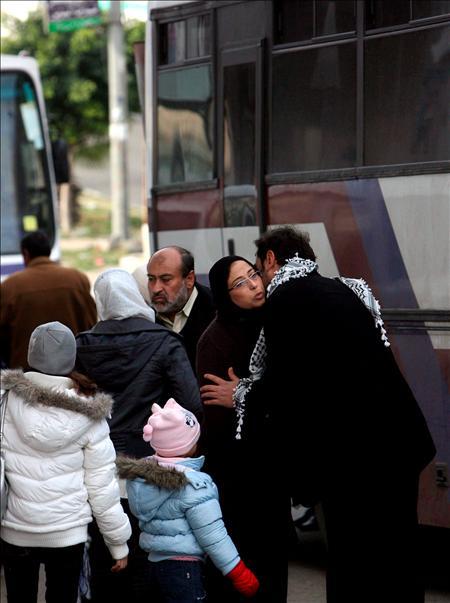 (Efe) Una familia de palestinos se despide de sus parientes antes de abandonar la franja por el paso de Erez