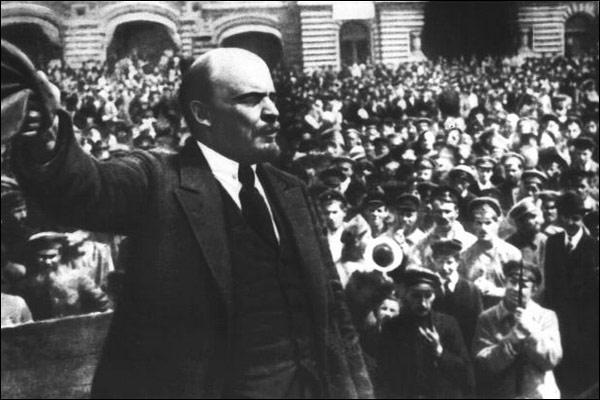 """""""Los hombres han sido siempre, en política, víctimas necias del engaño ajeno y propio, y lo seguirán siendo mientras no aprendan a descubrir detrás de todas las frases, declaraciones y promesas morales, religiosas, políticas y sociales, los intereses de una u otra clase"""". (V.I. Lenin)"""