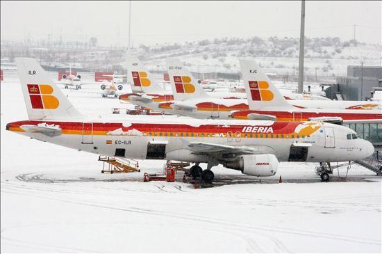 (Efe) Aviones de Iberia cuyos vuelos han sido suspendidos, cubiertos de nieve en la T-4 del aeropuerto de Barajas, uno de los centros de disputa entre Iberia y los pilotos.