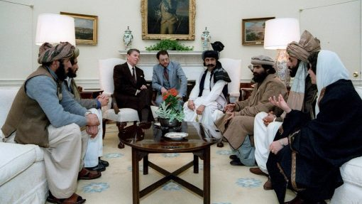El presidente norteamericano, Ronald Reagan, reunido con los líderes muyahidines en la Casa Blanca